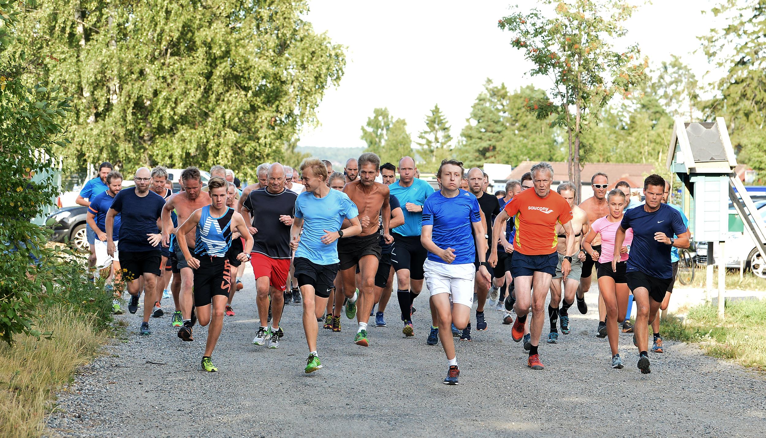 Løpet er i gang med 53 spreke deltakere